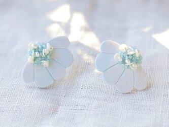 耳元にパッと花咲く 花盛りイヤリング ライトブルー 【ポリマークレイと刺繍を融合させたアクセサリー】の画像