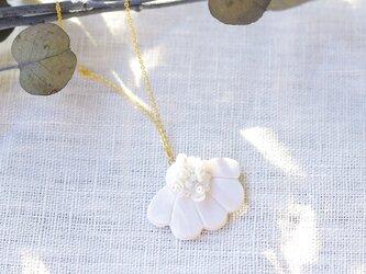 胸元にパッと花咲く 花盛りネックレス ピュアホワイト 【ポリマークレイと刺繍を融合させたアクセサリー】の画像