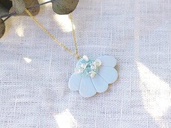 胸元にパッと花咲く 花盛りネックレス ライトブルー 【ポリマークレイと刺繍を融合させたアクセサリー】の画像