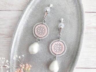 オーガンジー刺繍イヤリング/ 樹脂ピアス(桜色)【受注制作】の画像