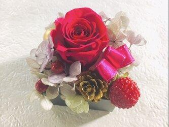 Box A バレンタイン、母の日などのプレゼントに ボックスアレンジメント ワインレッドのバラがポイント プリザーブドフラワーの画像