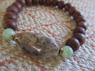 菊目石:化石珊瑚と108珠お念珠よりの木珠、ミャンマー翡翠のブレスレットの画像