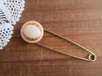 レトロボタンのストールピン サーモンピンクの画像