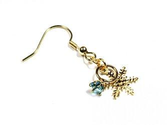 小さなアクアマリンの指輪と雪の結晶のゴールド・ピアスの画像