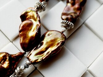 大きなバロックパールとシルバービーズのネックレスの画像
