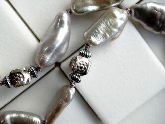 シルバーのケシパールにシルバービーズを合わせたミドルサイズのネックレスの画像