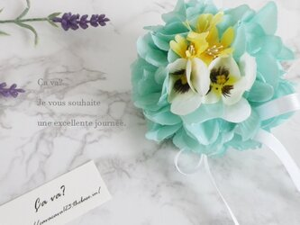 パンジーと紫陽花の春のお花のボール(エメラルドグリーン)の画像