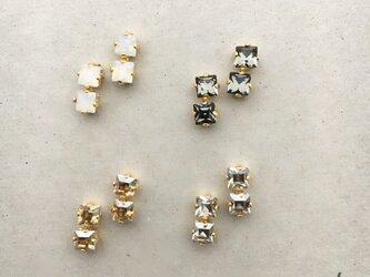 小さなスワロフスキー並ぶイヤリング…4カラーよりお選び頂けます♬の画像