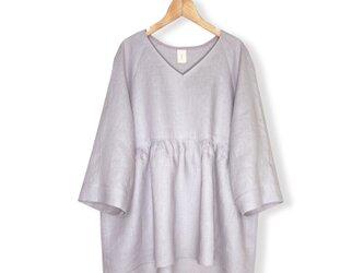 リネン100%Vネックゆる袖7分袖丈ぺプラムブラウス_Grayish light pinkの画像