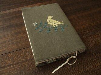 クロスステッチ鳥刺繍の文庫本ブックカバー 麻 カーキの画像
