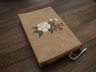 <訳あり>クロスステッチ花刺繍の文庫本ブックカバー 麻 ライトブラウンの画像