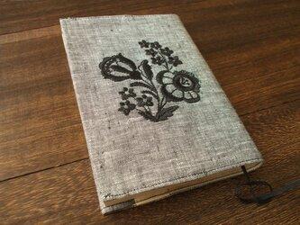 花刺繍の文庫本ブックカバー 麻 黒白シャンブレーの画像