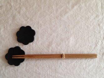 花型箸置き(黒マット)ペアの画像