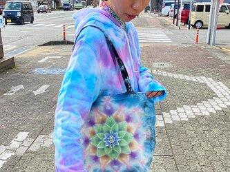 タイダイ染め 新型横広エコバッグ☆ブルーブラックのムラ染めに美しい曼荼羅 トートバッグ HD13-37の画像