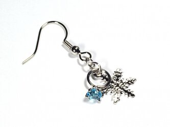 小さなアクアマリンの指輪と雪の結晶のシルバー・ピアスの画像