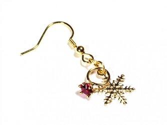 小さなルビーの指輪と雪の結晶のゴールド・ピアスの画像