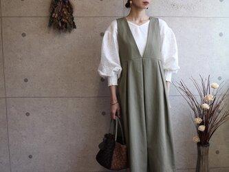 後ろ姿が可愛いバックボタン ジャンパースカート【オリーブ】の画像