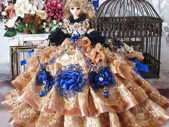 ヴィクトリア王妃 豪華ブロンズゴールドが重厚なボリュームフリルドレス 着せ替えドール服の画像