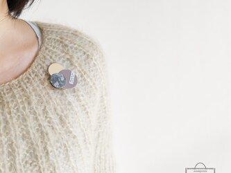 どんなお洋服にも似合う!シンプルフォルム 陶&麻&牛革のブローチ〈 Dots 〉マーブルの画像