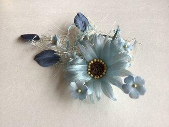ブルーのマーガレットに小花の画像
