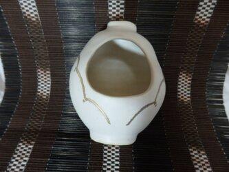 陶器 艶なし白地に金彩の一輪挿し 2か所挿しの画像
