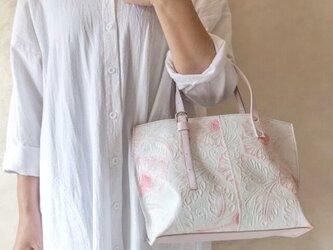 リジット ハンドル調節可能 トートバッグ 手染め ボタニカル柄 × パール ホワイトの画像