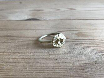 真ちゅうリング  いびつな花のカタチの画像