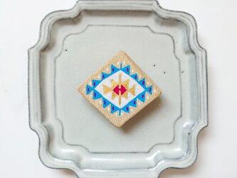 キリム柄4(足かせ、星) 陶土ブローチの画像