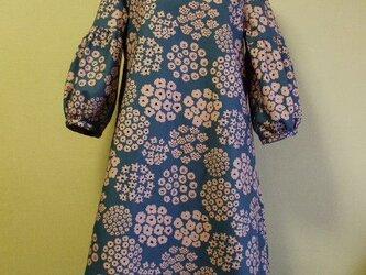桃色花柄プリント ラウンドネック袖口ギャザー7分丈袖ワンピース 両脇ポケット付き M~LLサイズ  グレー色 受注生産の画像