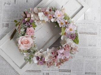 八重桜とバラのリースの画像