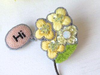 ぷっくりした小さなお花のミモザ、オートクチュール刺繍のブローチ『ルシル』の画像