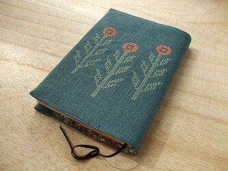 クロスステッチ花刺繍の文庫本ブックカバー 麻 グリーンの画像