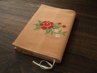 <訳あり>クロスステッチ花刺繍の文庫本ブックカバー 麻 オレンジの画像