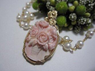 【SALE】コンクシェル・花瓶の薔薇カメオネックレスの画像