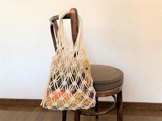 中の色を楽しむコットン生成り糸のマクラメバッグの画像