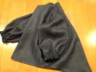 ブラックリネンボリューム袖のトップスの画像
