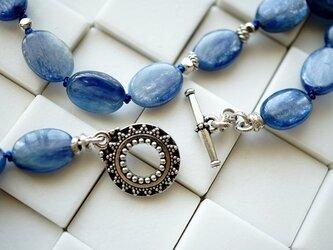 海を想う青いカイヤナイトとシルバービーズネックレスの画像