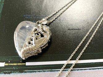 レインボームーンストーンとレオパのハートのネックレスの画像