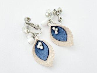スエードの花びらイヤリング(ブルー)の画像
