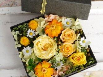 母の日に イエローガーデンのBoxアレンジの画像