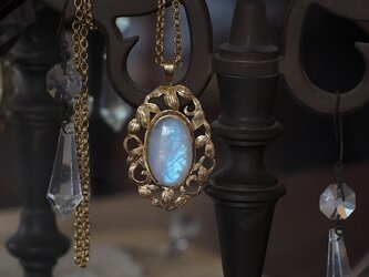 青白い月 レインボームーンストーンの画像