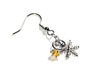 小さなトパーズの指輪と雪の結晶のシルバー・ピアスの画像