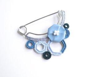 八角フラワー&モチーフつなぎのピンブローチ(ブルー)の画像