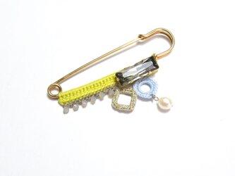 編みモチーフ、スワロフスキー&淡水パールのミニピンブローチ(レモン)の画像