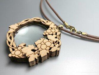 葡萄モチーフペンダントルーペ : 楓木地 革紐の画像