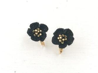 flower イヤリング B  - 黒 × ゴールドの画像