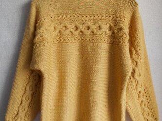 マスタードイエローの模様編みセーターの画像