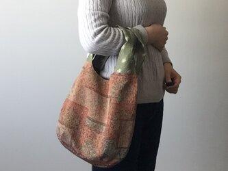着物地の手提げバッグ オレンジ壁画の画像