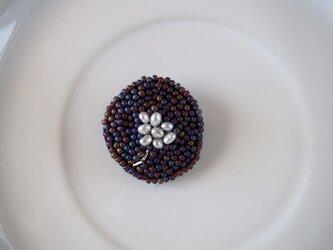 ぽつんとパールのお花 ビーズ刺繍ブローチの画像