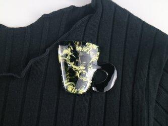 黒とミモザの珈琲マグブローチの画像